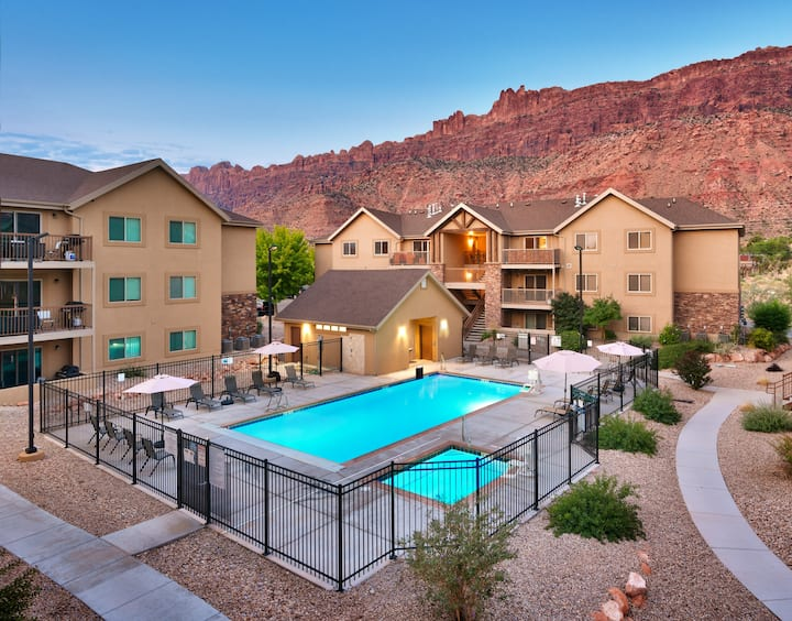 6H Spacious Moab RedCliff Condo, POOL & HOT TUB