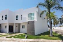 FACHADA / FRONT HOUSE