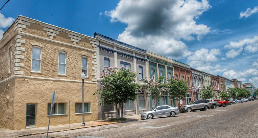 Big Loft In The Heart Of Downtown Meridian