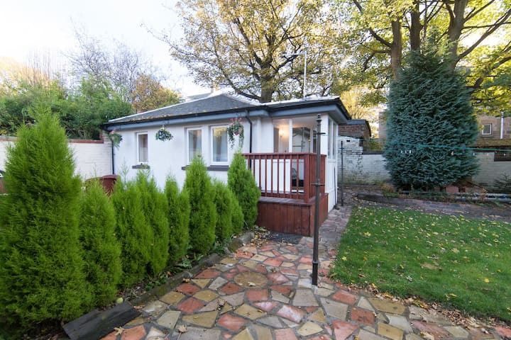 Modern Bungalow, 10 minutes from Airport & City.