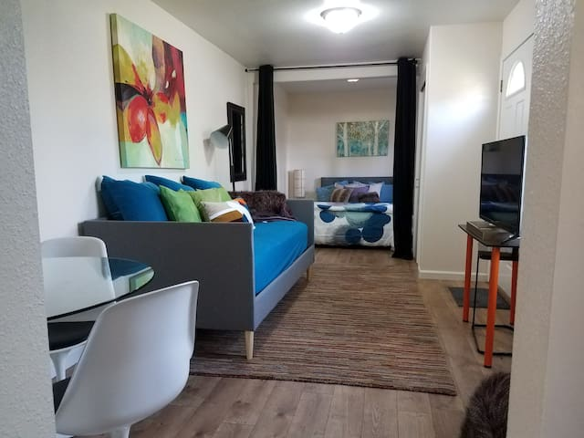 Burlingame Backyard Bungalow-sleeps 3