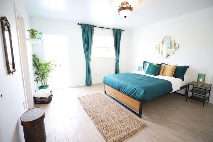 Lush 1BDR Apt w/FREE Parking & Balcony, 5min walk to Bay & 10min Walk to South Beach | 1 Bedroom Apartment w/Bathroom