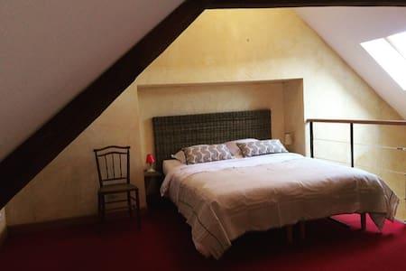 Chambre à Larchant, Forêt de Fontainebleau