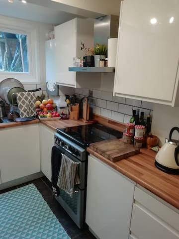 Large 1 Bed, 2 min from Tube, 12 min from Center