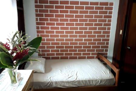 Habitación simple c/ ventilador- cerca a mall