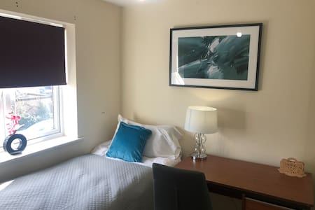 Beautiful Single Room with Laptop Table