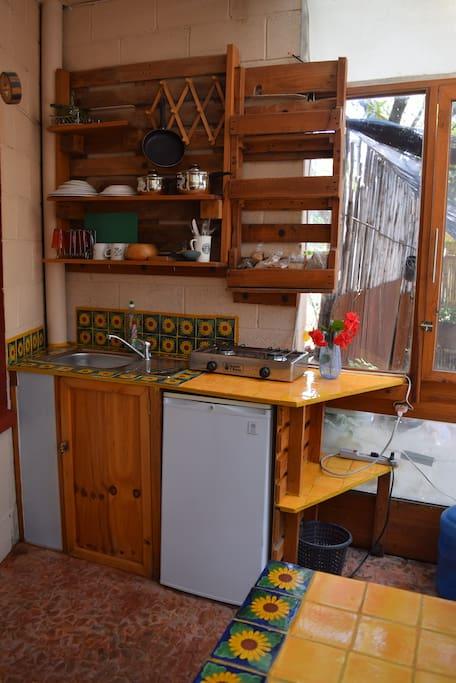 Cocineta con 2 parrilas y bajilla sencilla para cocinar y servir