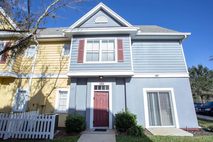 Cute Family Townhome near Disney and Outlets.