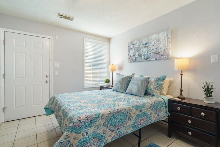 ★Upstairs Bedroom with Comfy Queen Bed★