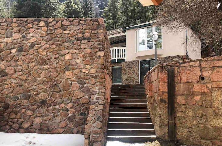 Lazy Bear Lookout: Spacious Modern Mountain Home