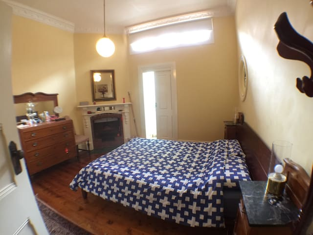 Sunny Double Room nearby Public transport/ City