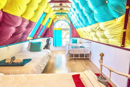 Colorful Bedroom in Nice Home: Clean and Safe