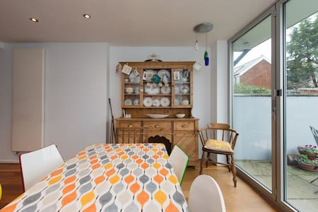 Lovely room near central Cardiff - Huis