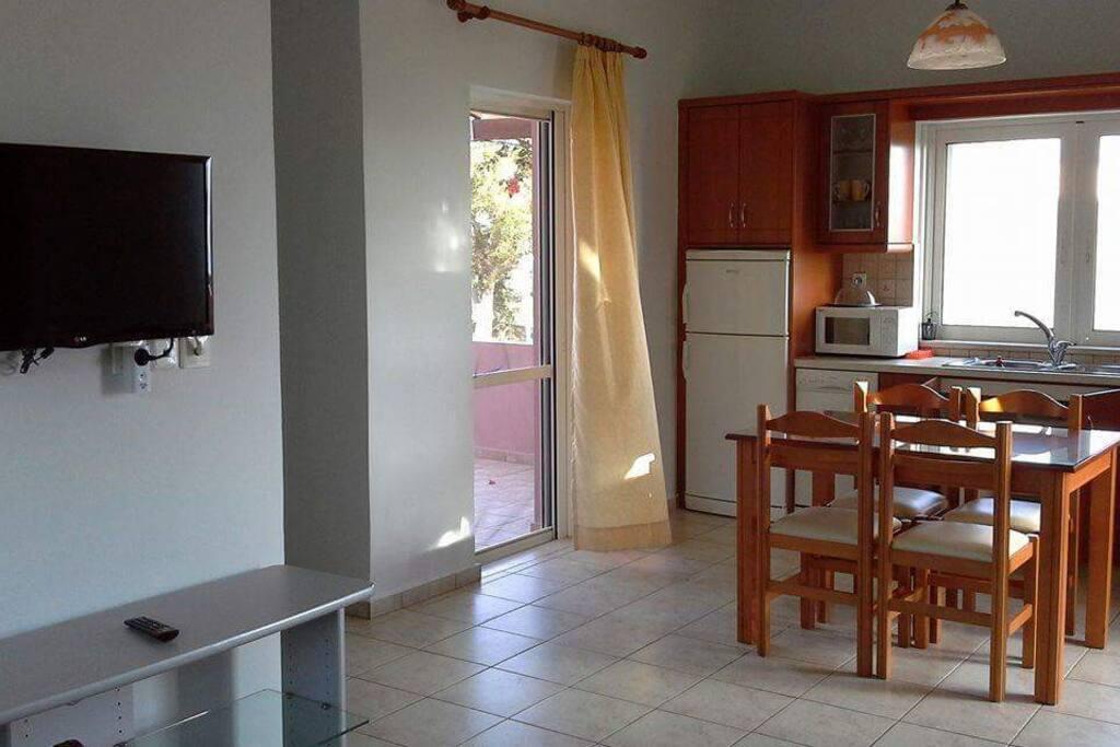 Ευρύχωρη τραπεζαρία και κουζίνα πλήρως εξοπλισμένη.