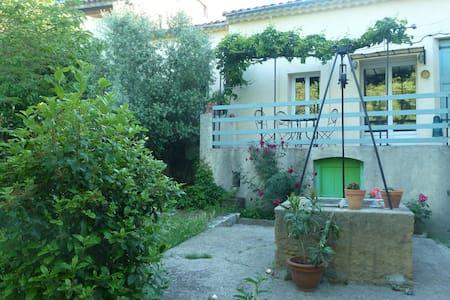 Ancienne maison vigneronne mignonne avec jardin - Brissac