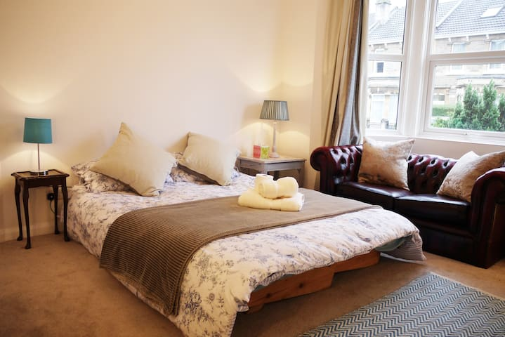 Double +Classic Sofa + Free Parking - Bath - Casa