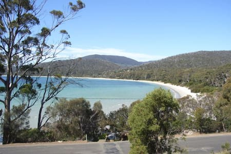Put your feet up at Wedge Bay Retreat - White Beach - Hus