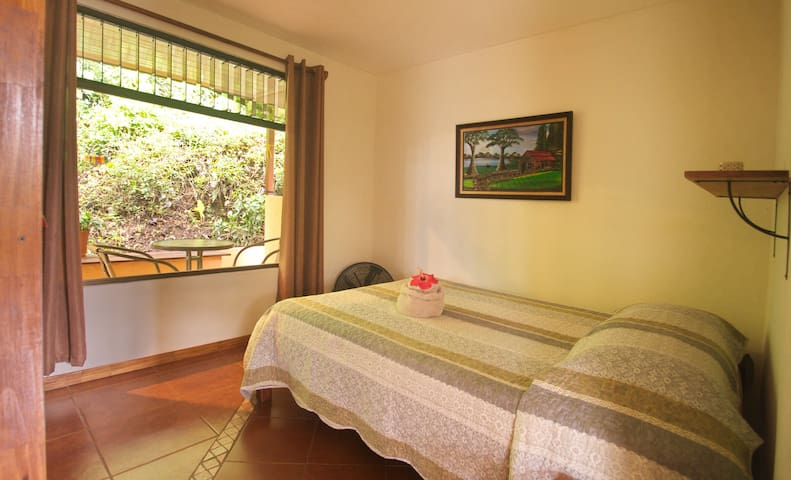 2. Schlafzimmer mit Blick auf Terrasse