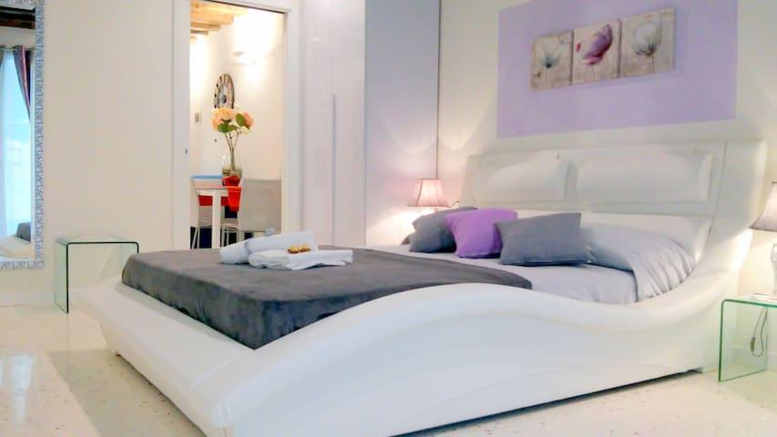 """Romantic Suite """"Canal View"""" New - Venezia - Apartment"""