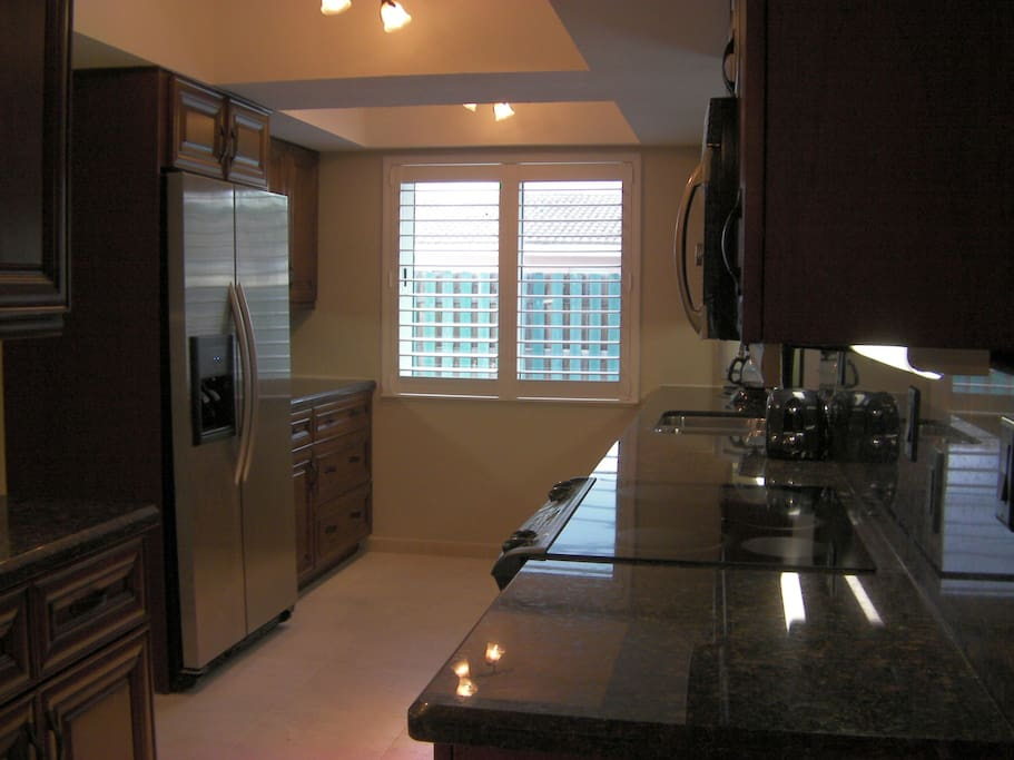 BEAUTIFUL GRANITE KITCHEN W/STAINLESS APPLIANCES