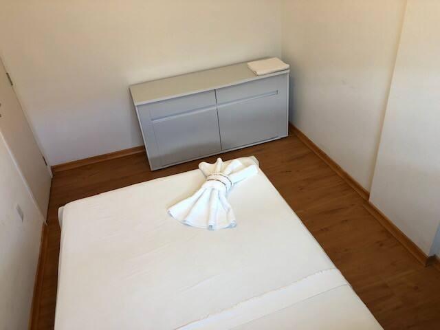 O apartamento tem 2 quartos com cama de casal