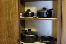 Cooking ware: pots and pans. Microwave.