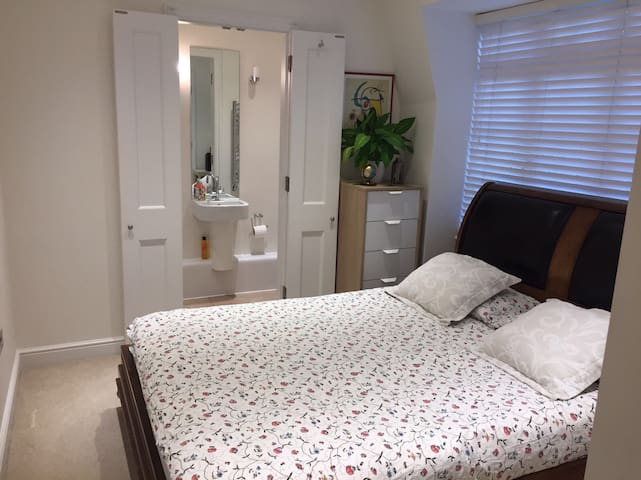 Double bedroom-Kingsize bed - Private bathroom