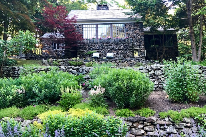 """Happy Stones"" 2BR/1B Cottage 60 miles from NYC"