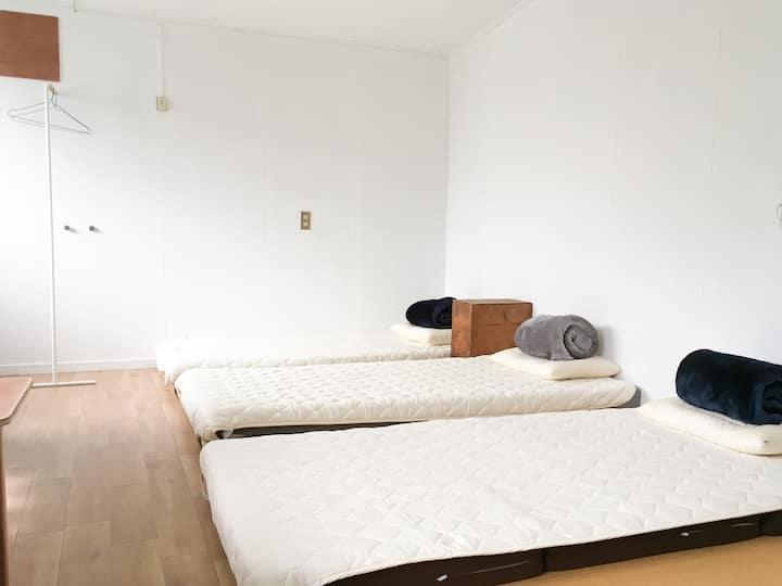 宇野港から徒歩5分。古民家ゲストハウス。Twin or Triple room 3名様まで。