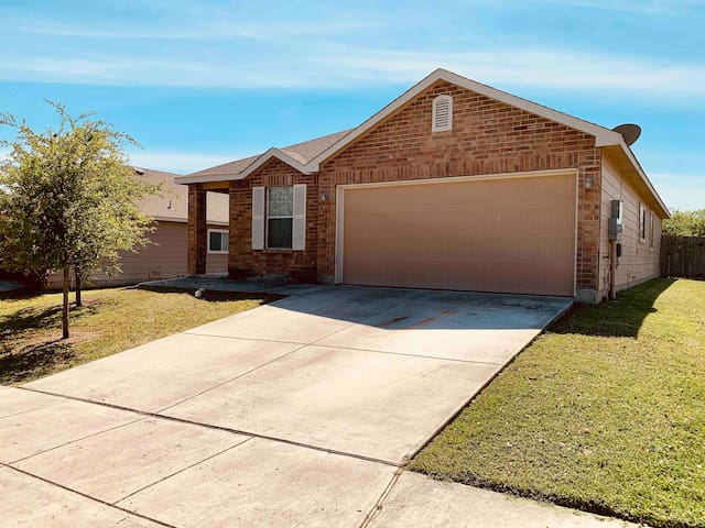 Cozy house in Schertz w/ easy access to EVERYTHING