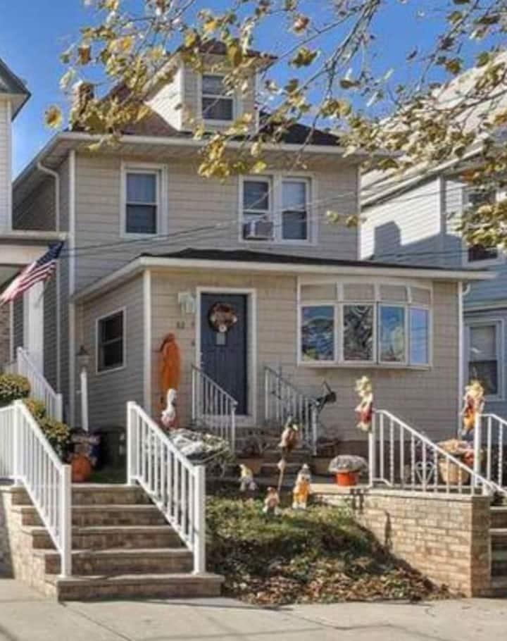 Live like a local- In a 1920 Colonial outside NYC!