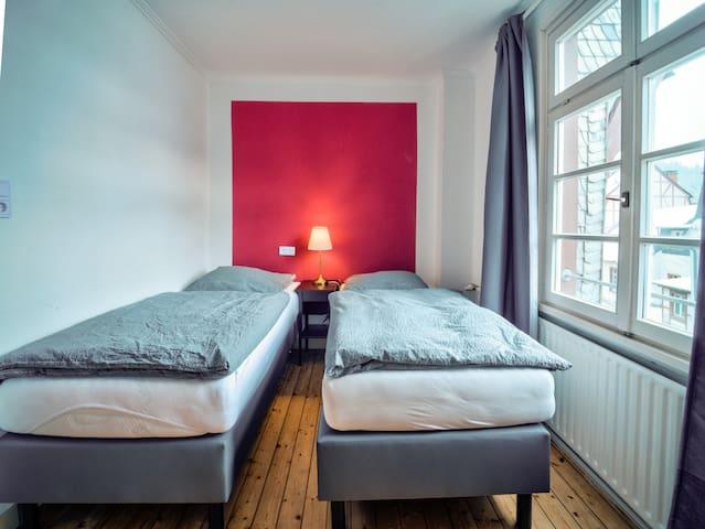 Schalfzimmer 2 mit 2 modernen Boxspring-Betten, die auch zusammengestellt werden können