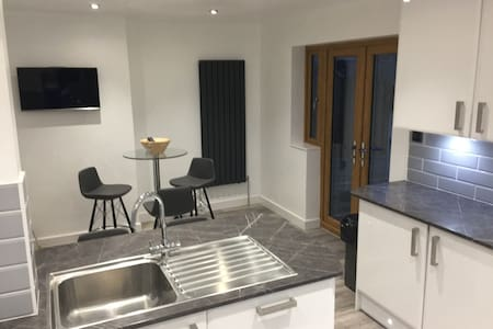 Double Bedroom with Private Bathroom in Lancaster