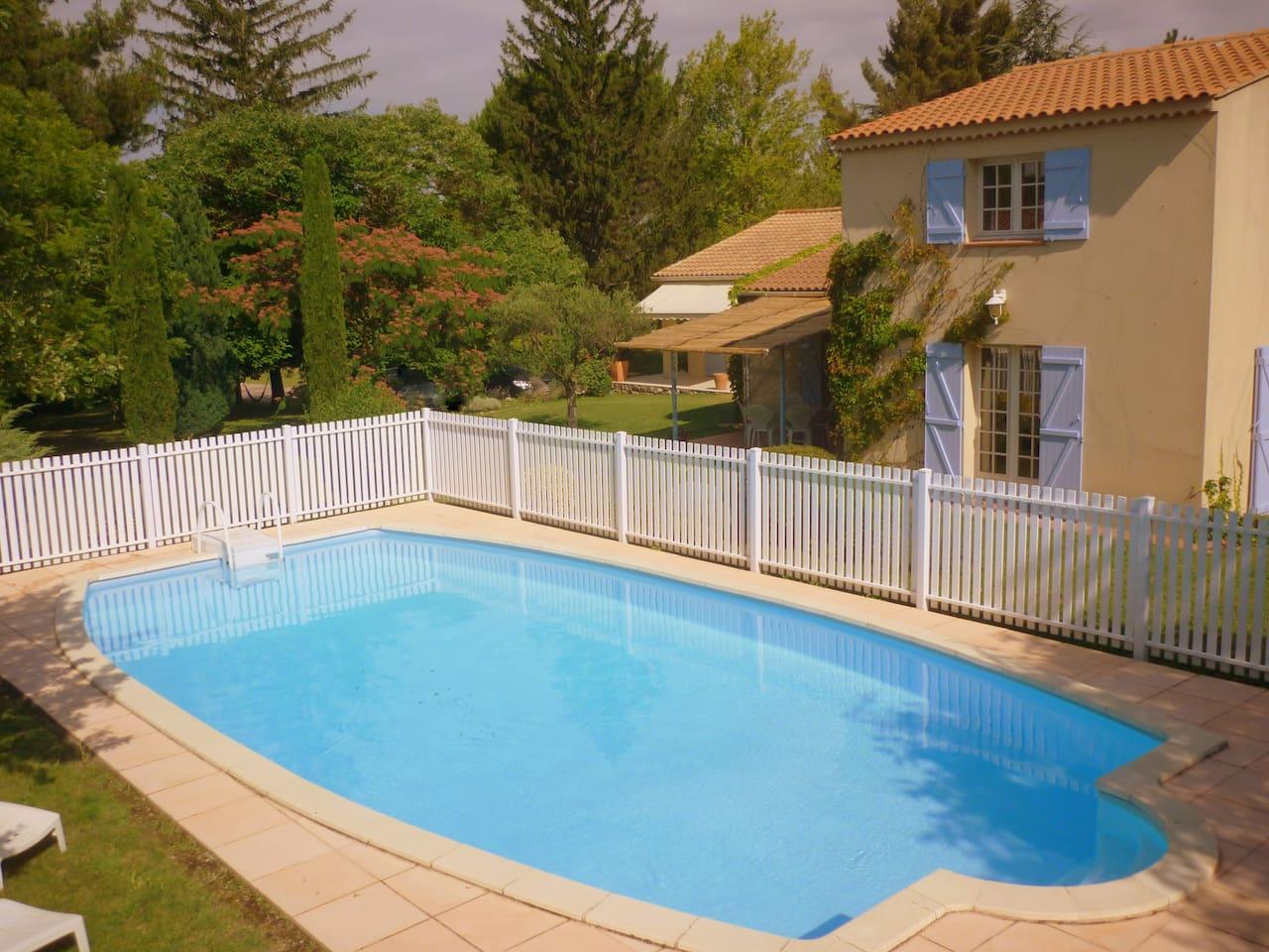 Espace piscine sécurisé. Piscine 10 x 5 avec accès par escalier