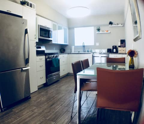 4 Beds! Ultra Modern. Walk to Old Town!