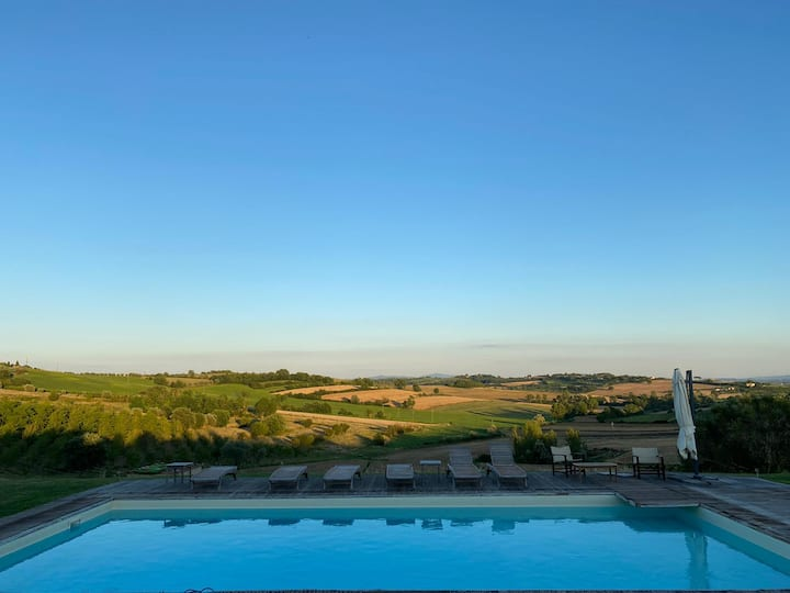 Countryside house with beautiful Tuscan scenery