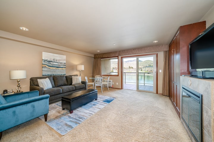 Grandview River View 628! Luxury Waterfront condo, sleeps up to 6!
