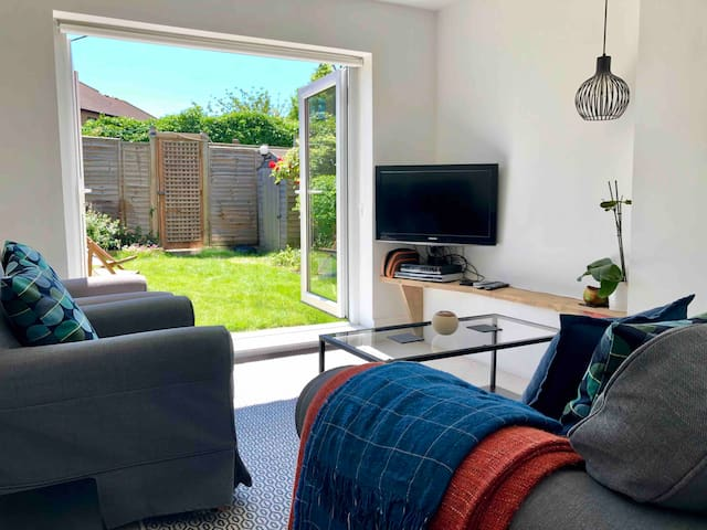 Beach Haven For 2, Sunny Garden Flat With Parking