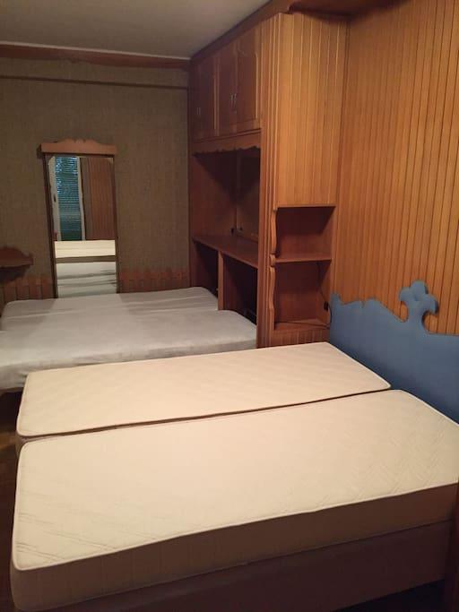 Camera con letto matrimoniale e due lettini estraibili