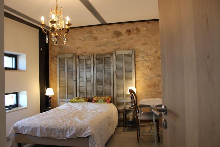 Chambre de charme dans grand bastide rénovée - Ollières - House
