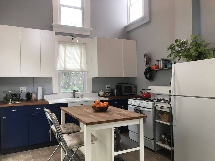 First floor kitchen in the back, has vaulted ceilings and lots of lovely daylight. Sliding door to the back yard. Microwave / toaster / coffee grinder / French press...