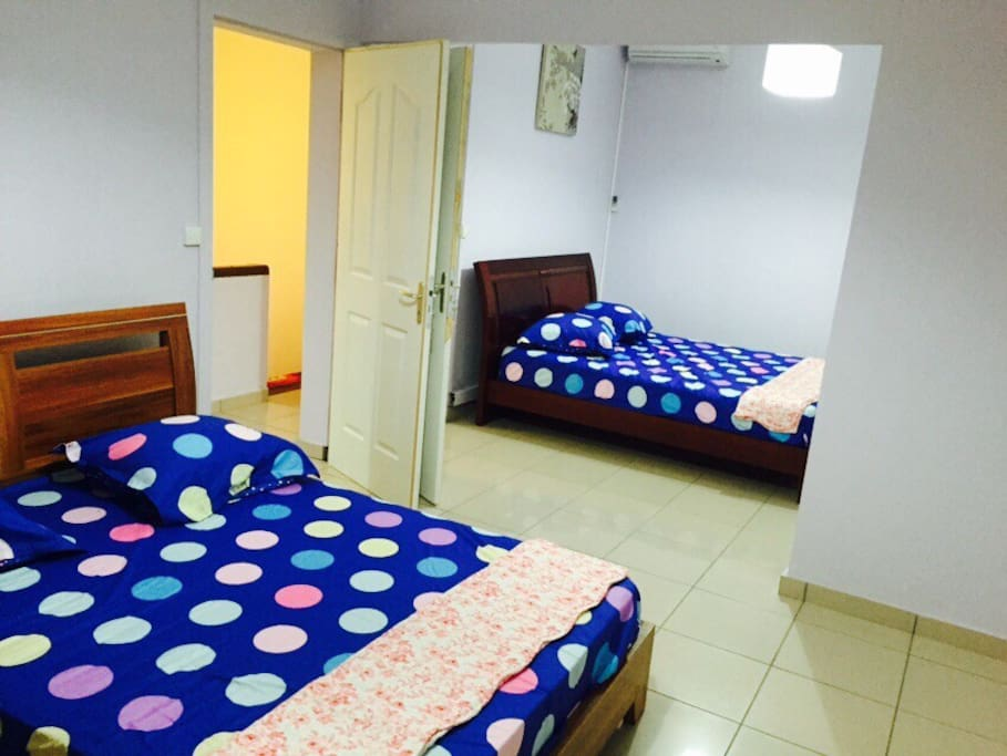 2 chambres communicantes séparées par un beau rideau ambiance gris argent