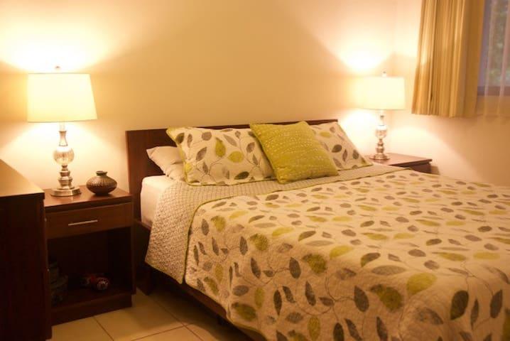 Private dorm with AC and orthopedic queen size bed for a great rest.    Dormitorio privado con aire acondicionado y colchón ortopédico tamaño queen para excelente descanso.