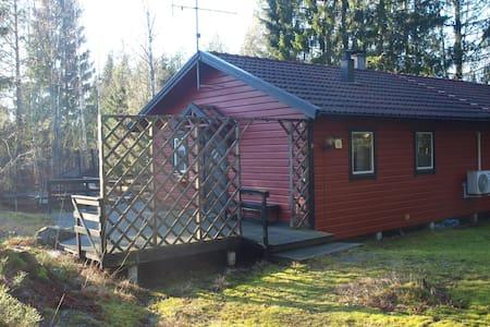 Sommaridyll med två hus, gångavstånd till badplats