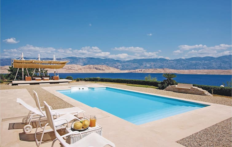Holiday cottage with 5 bedrooms on 292m² in Pag