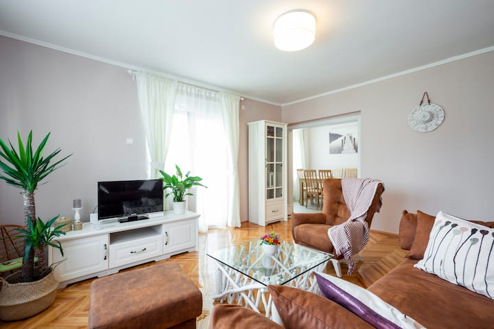 ★ Beautiful stylish 1 Bed Apt with Balcony ★