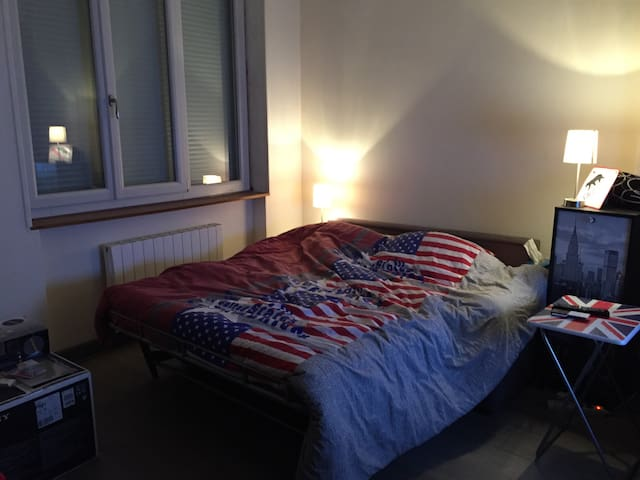 L'espace principal, une fois le canapé-lit transformé.