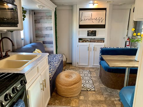 Charming 2 bedroom camper/RV 3 min from outlets