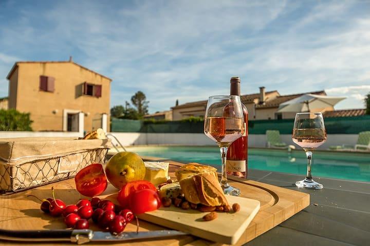 un petit repas en bord de piscine et le bonheur d'un BBQ