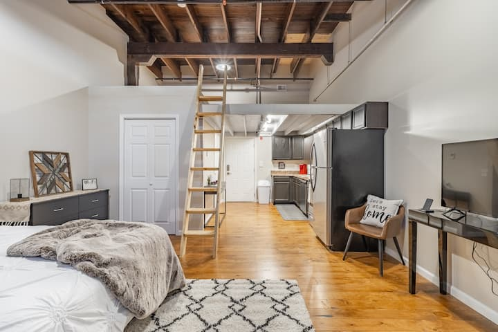 Lux Loft Getaway, in the heart of downtown